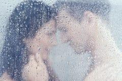 Couples affectueux dans la douche. Photographie stock
