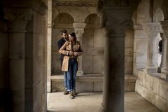 Couples affectueux dans la région historique de Budapest, Hongrie image stock