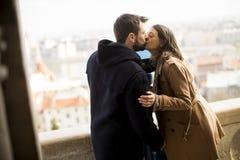 Couples affectueux dans la région historique de Budapest, Hongrie photos stock
