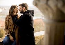 Couples affectueux dans la région historique de Budapest, Hongrie photographie stock libre de droits