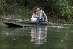 Couples affectueux dans le bateau Photos stock
