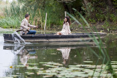 Couples affectueux dans le bateau Image stock