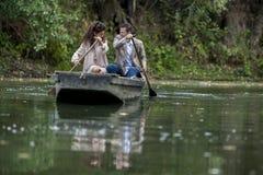 Couples affectueux dans le bateau Images stock