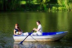 Couples affectueux dans le bateau Concept de vacances d'été Photos libres de droits