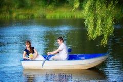 Couples affectueux dans le bateau Concept de vacances d'été Image stock