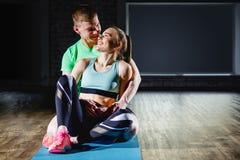 Couples affectueux dans le gymnase se reposant après des activités de sport Images stock