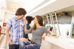 Couples affectueux dans le wagon-restaurant Image libre de droits