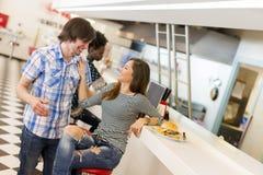 Couples affectueux dans le wagon-restaurant Photographie stock