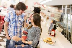 Couples affectueux dans le wagon-restaurant Photo stock