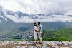 Couples affectueux dans les montagnes, la Géorgie Images stock