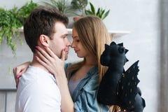 Couples affectueux dans profiter d'un agréable moment de chambre à coucher Image libre de droits