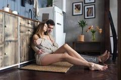Couples affectueux dans profiter d'un agréable moment de cuisine photos stock