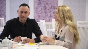 Couples affectueux dans un café Les couples équipent et femme parlant dans les cafés mignons et écrivent dans une entrée de carne banque de vidéos