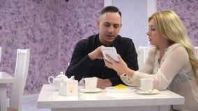 Couples affectueux dans un café Les couples équipent et femme parlant dans les cafés mignons et écrivent dans une entrée de carne clips vidéos