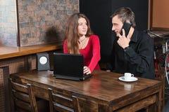 Couples affectueux dans un restaurant avec des instruments Photo libre de droits