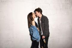Couples affectueux de hippie mangeant du chocolat photographie stock libre de droits