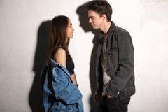 Couples affectueux de sourire de jeune hippie regardant de côté images libres de droits
