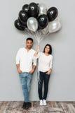 Couples affectueux de sourire tenant des ballons Images libres de droits