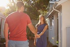 Couples affectueux dehors dans leur arrière-cour Photo stock