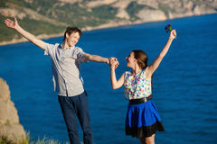Couples affectueux des étudiants souriant et tenant des mains, regardant l'un l'autre Photos libres de droits