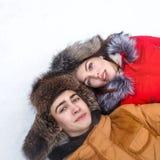 Couples affectueux des adolescents L'hiver Images libres de droits