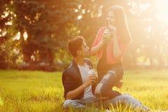 Couples affectueux des adolescents Pique-nique images stock