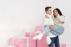 Couples affectueux des ados et des cadeaux Photo stock