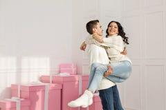 Couples affectueux des ados et des cadeaux Images stock
