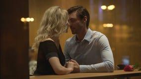 Couples affectueux des jeunes doucement flirtant et poussant du nez, réveillant le désir banque de vidéos