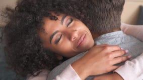 Couples affectueux embrassant à la maison banque de vidéos