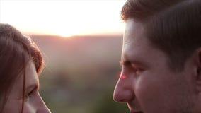 Couples affectueux embrassant au coucher du soleil banque de vidéos