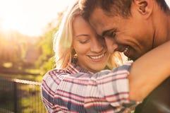 Couples affectueux embrassant au parc Photographie stock