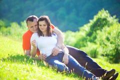 Couples affectueux embrassant au pique-nique Photos stock