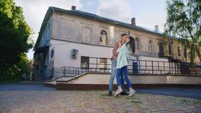 Couples affectueux embrassant au soleil Dans la perspective d'un vieux bâtiment banque de vidéos
