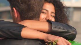 Couples affectueux embrassant dehors clips vidéos