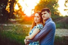 Couples affectueux embrassant se reposer dans les bois Photos libres de droits
