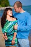 Couples affectueux embrassant sur la côte de la mer bleue Photos stock