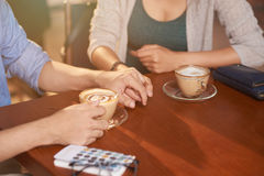 Couples affectueux en café image libre de droits