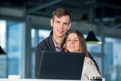 Couples affectueux en café avec l'ordinateur portable Photos stock