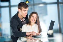 Couples affectueux en café avec l'ordinateur portable Images libres de droits