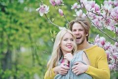 Couples affectueux en nature photo stock