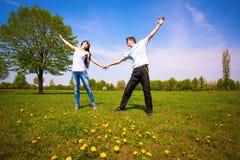 Couples affectueux en parc vert. été Image libre de droits