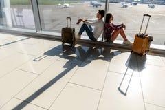 Couples affectueux en prévision de voyage Images libres de droits