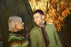 Couples affectueux en stationnement Photos libres de droits