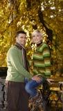 Couples affectueux en stationnement Photo libre de droits
