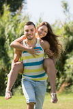 Couples affectueux en stationnement Image stock