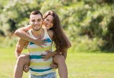 Couples affectueux en stationnement Images stock