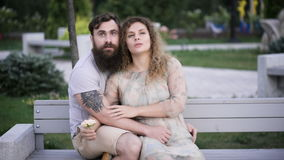 Couples affectueux en stationnement banque de vidéos
