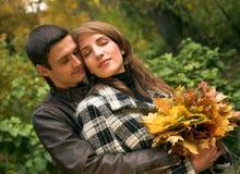 Couples affectueux en stationnement automnal Photos stock