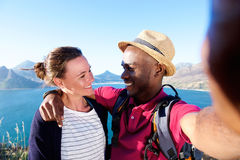 Couples affectueux en vacances prenant le selfie Photo stock